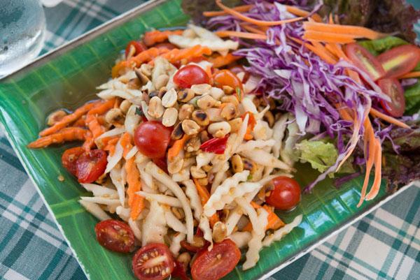 Самое простое блюдо с топинамбуром – овощной салат